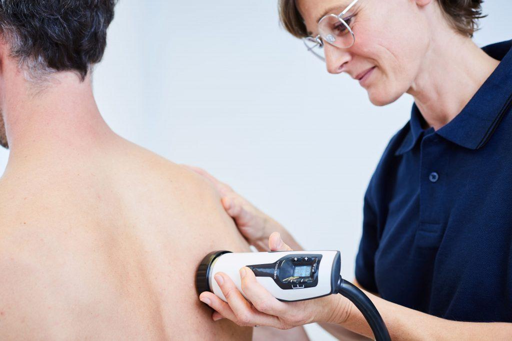 Behandlung einer Kalkschulter mittels Stoßwellentherapie
